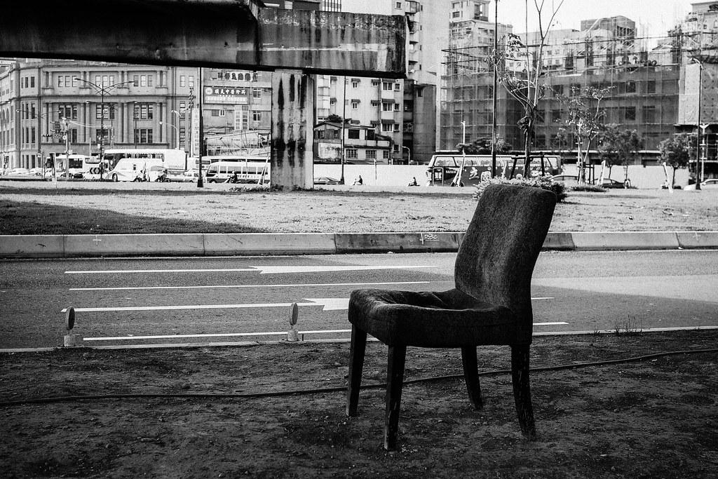 橋下的椅子
