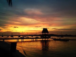 Changi Seafront Chalet A रेतीले समुद्र तट की छवि. sunset silhouette pier singapore changi changibeach