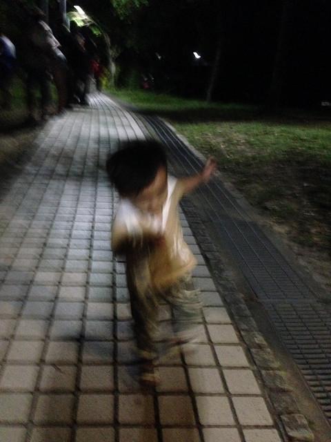 沿走道跳舞