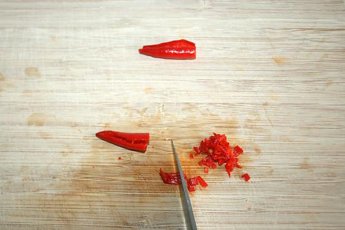 22 - Chili zerkleinern / Chop chilis