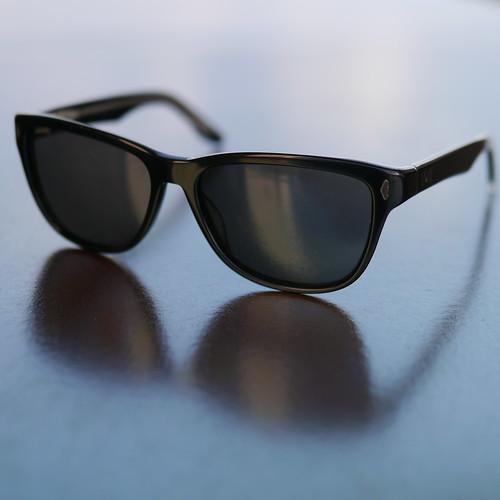 &#xe042&#xe012sunglasses(n)太阳眼镜apairofglasseswith