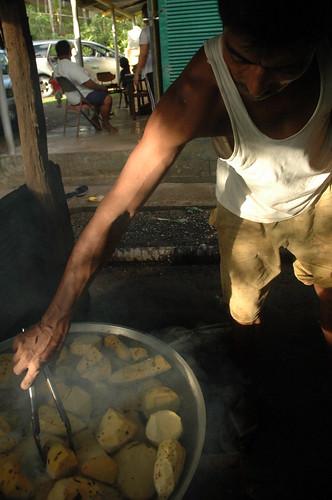 """正在煮食沼澤芋(""""brak"""")的孟加拉移入勞工;圖片提供:陳科廷。"""