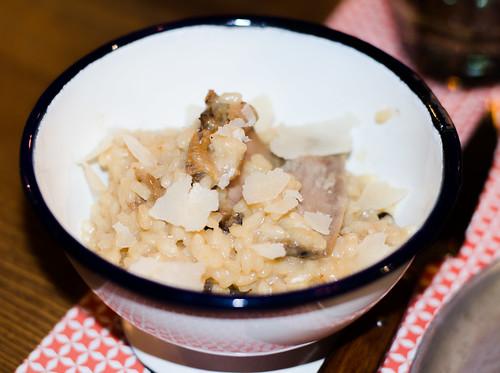 Risotto con costillas de cerdo, butifarra y escamas de parmesano