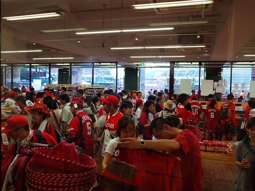 広島球迷買商品幾乎是不手軟