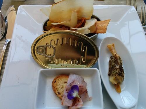 Chips de verduras, Caramelo de morcilla con deshidratado de tomate, y Galleta crujiente con carpaccio de langostinos en Summumm Gastroespacio