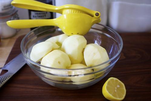 dress apples with lemon and sugar