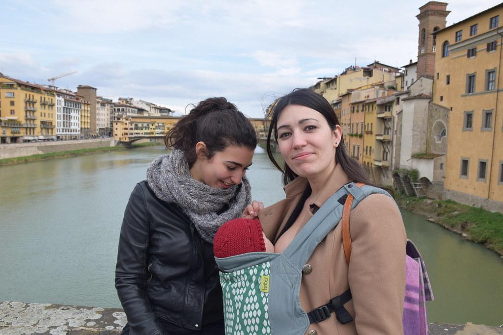 Amamantando a Eva mientras paseaba con mi hermana por Florencia.