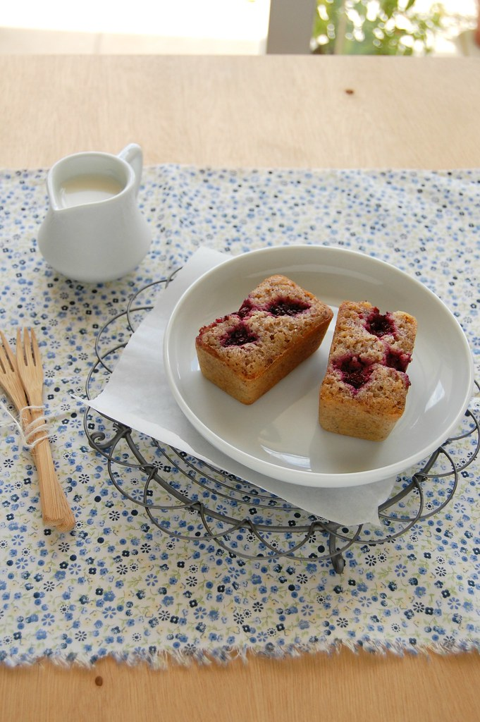 Hazelnut blackberry financiers / Financiers de avelã e amora