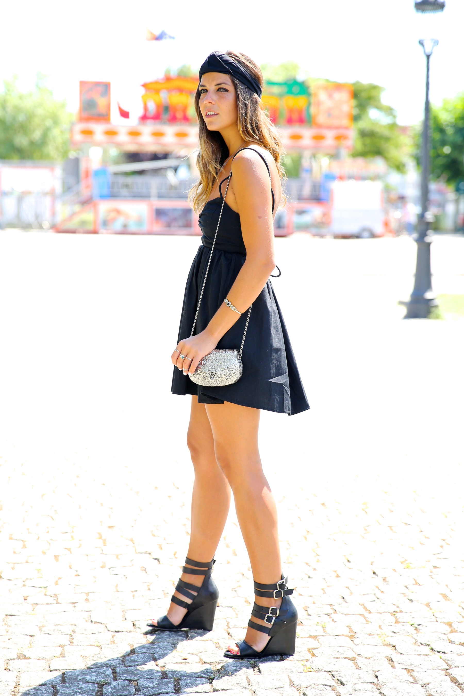 trendy_taste-look-outfit-street_style-blog-blogger-fashion_spain-moda_españa-maje-black_dress-vestido_negro-espalda_abierta-sandalias-silver_bag-bolso_plata-o_grove-galicia-turbante-turban-10