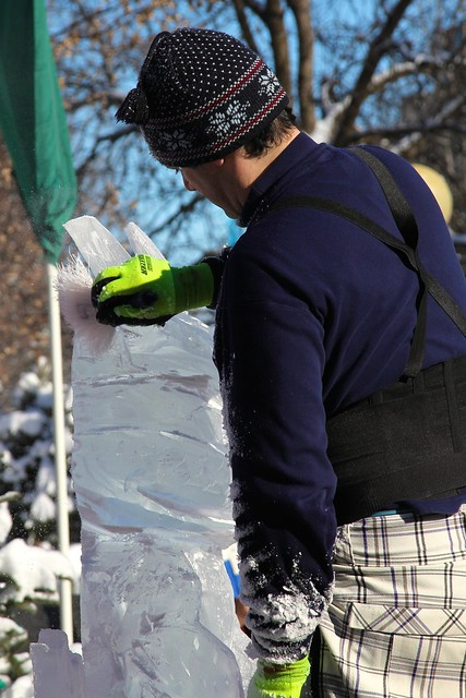 Rachel cotterill chainsaw ice carving in ottawa