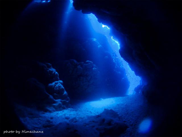 宮殿の隣にある洞窟も美しい光♪