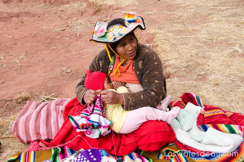 mujer y niño en la Península de Capachica