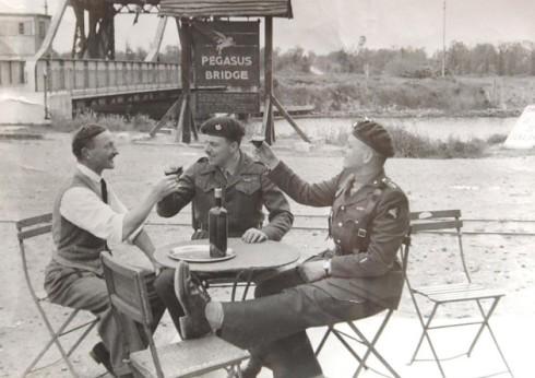 Georges Gondree junto al Mayor John Howard y el Capitán David Wood