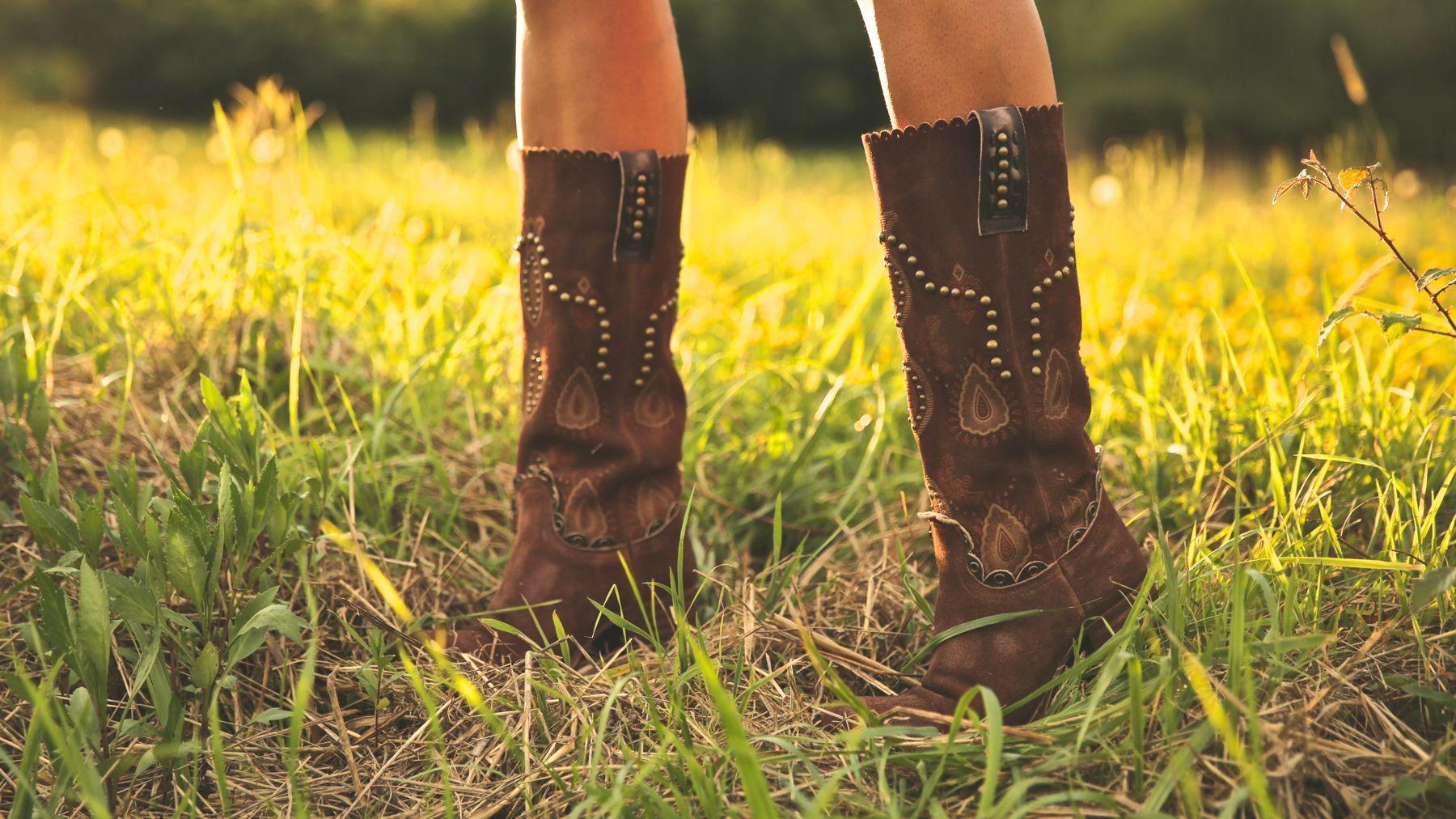 trendy_taste-look-outfit-street_style-ootd-blog-blogger-fashion_spain-moda_españa-cowboy-campero-sendra-cowboy_boots-botas_camperas-loewe-bag-bolso-vestido_flores-flower_print-dress-2