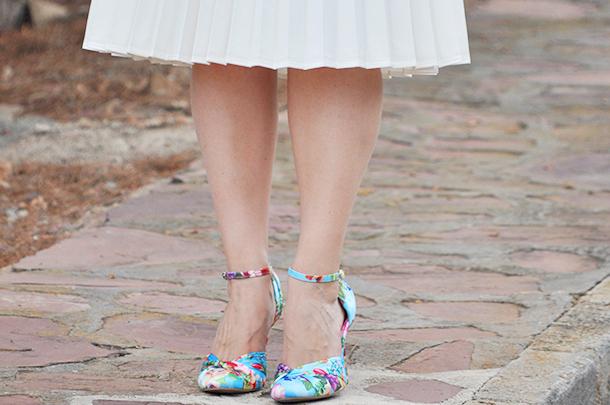 something fashion valencia blogger moda spain, metallic blue eyeliner, zara pleated white skirt top pink, zalando flower shoes cat eye makeup summer outfit beach curly waves long hair