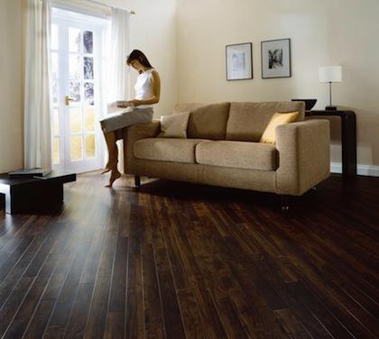 Phòng khách với màu sàn đậm