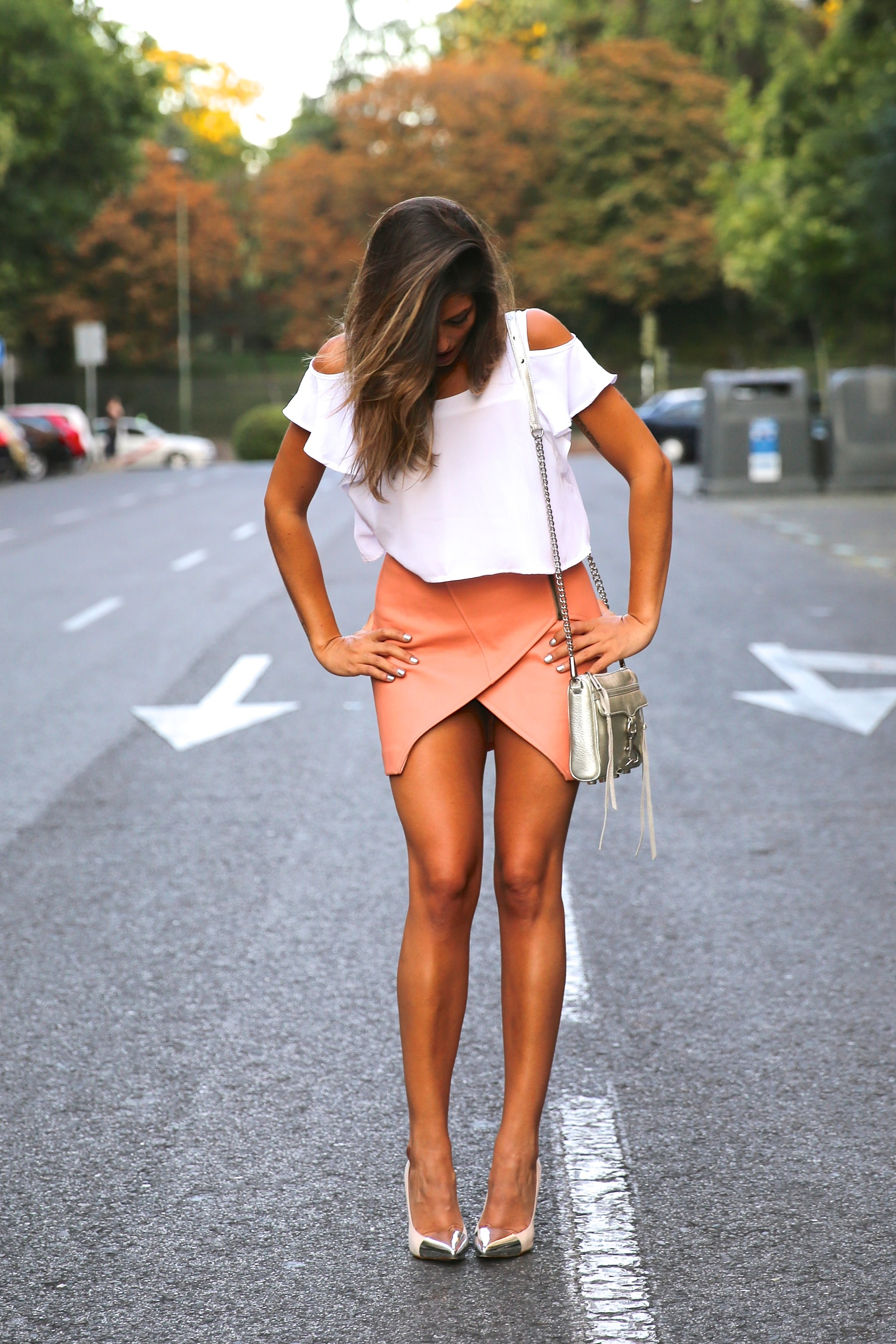 trendy_taste-look-outfit-street_style-ootd-blog-blogger-fashion_spain-moda_españa-madrid-silver_stilettos-punta_plata-estiletos-falda_coral-coral_skirt-top-6