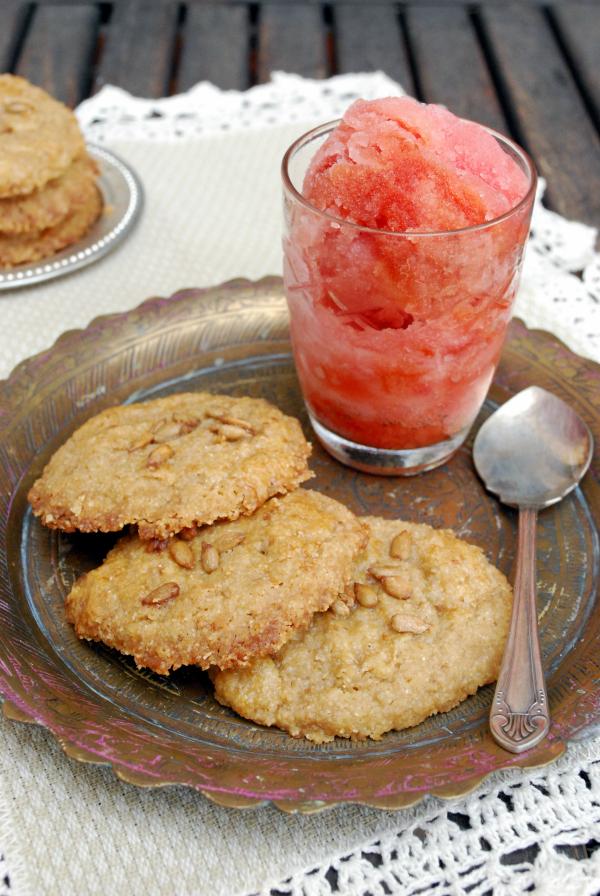 sorbete de sandía con galletitas de sémola y pipas de girasol