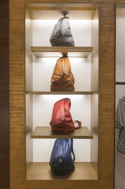 Loewe的熱門Anton後背包,特殊的三角立體造型,十分受到時尚人士的喜愛