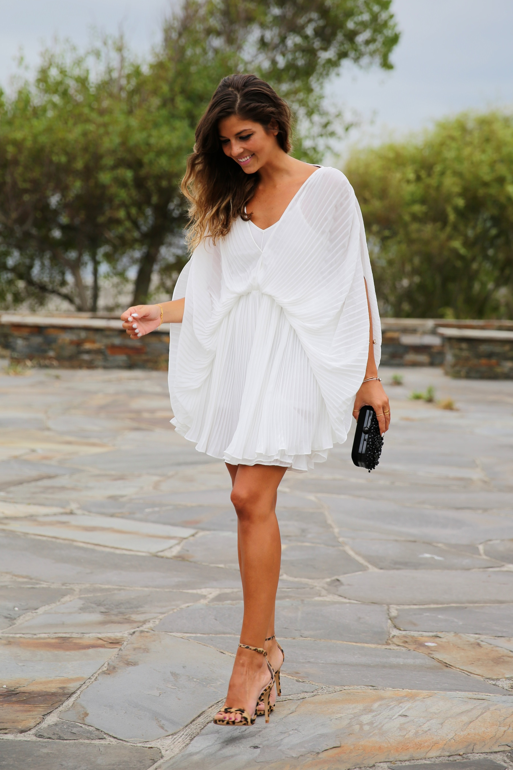 trendy_taste-look-outfit-street_style-fashion_spain-moda_españa-blog-blogger-vestido_blanco-white_dress-müic-jewels-joyas-leo_sandals-sandalias_leopardo-clutch_pedreria-11