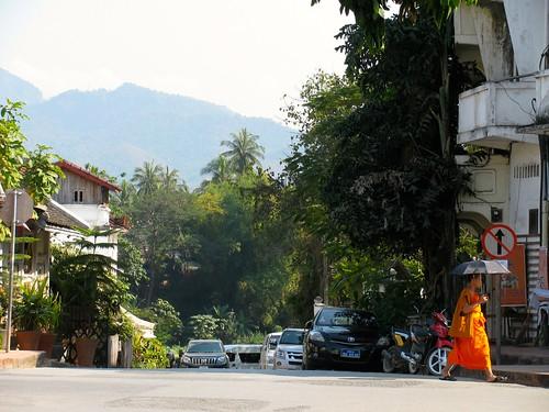 Un monje por las calle de Luang Prabang