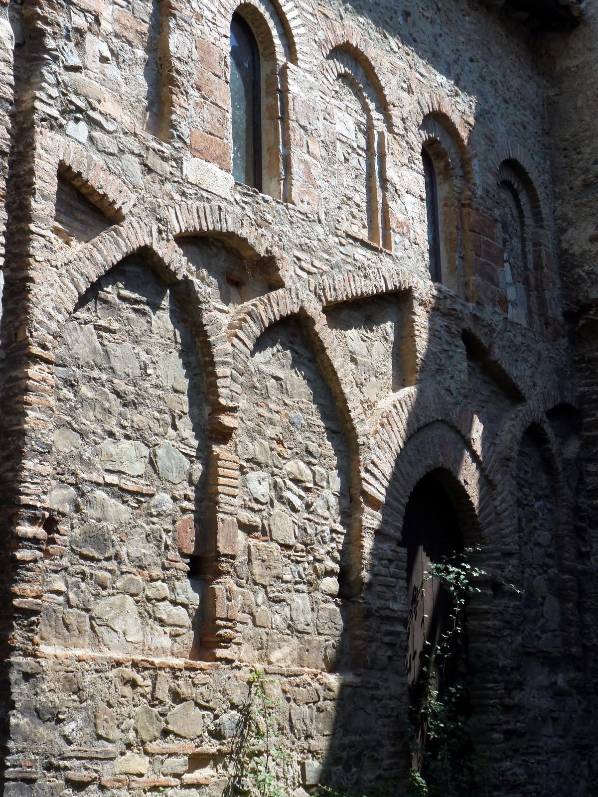 il tipico motivo ad archi incrociati sulla facciata sud