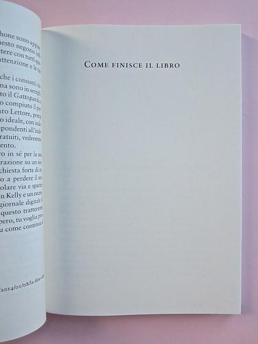 Come finisce il libro, di Alessandro Gazoia (Jumpinschark). minimum fax 2014. Progetto grafico di Riccardo Falcinelli. Titolo del testo, dopo la prefazione, stampatello, centrato in alto, prima lettera in corpo maggiore: a pag. 41 (part.), 1