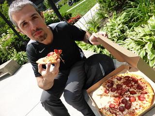 Comiendo pizza en una plaza