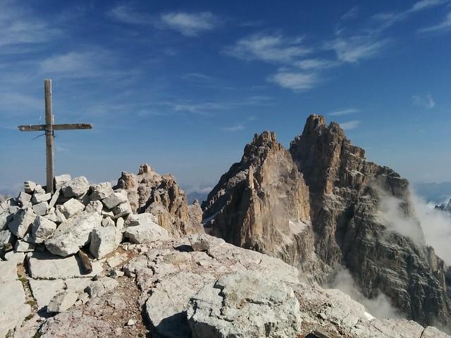 Gipfelkreuz Schusterplatte mit Blick auf die Drei Schusterspitze