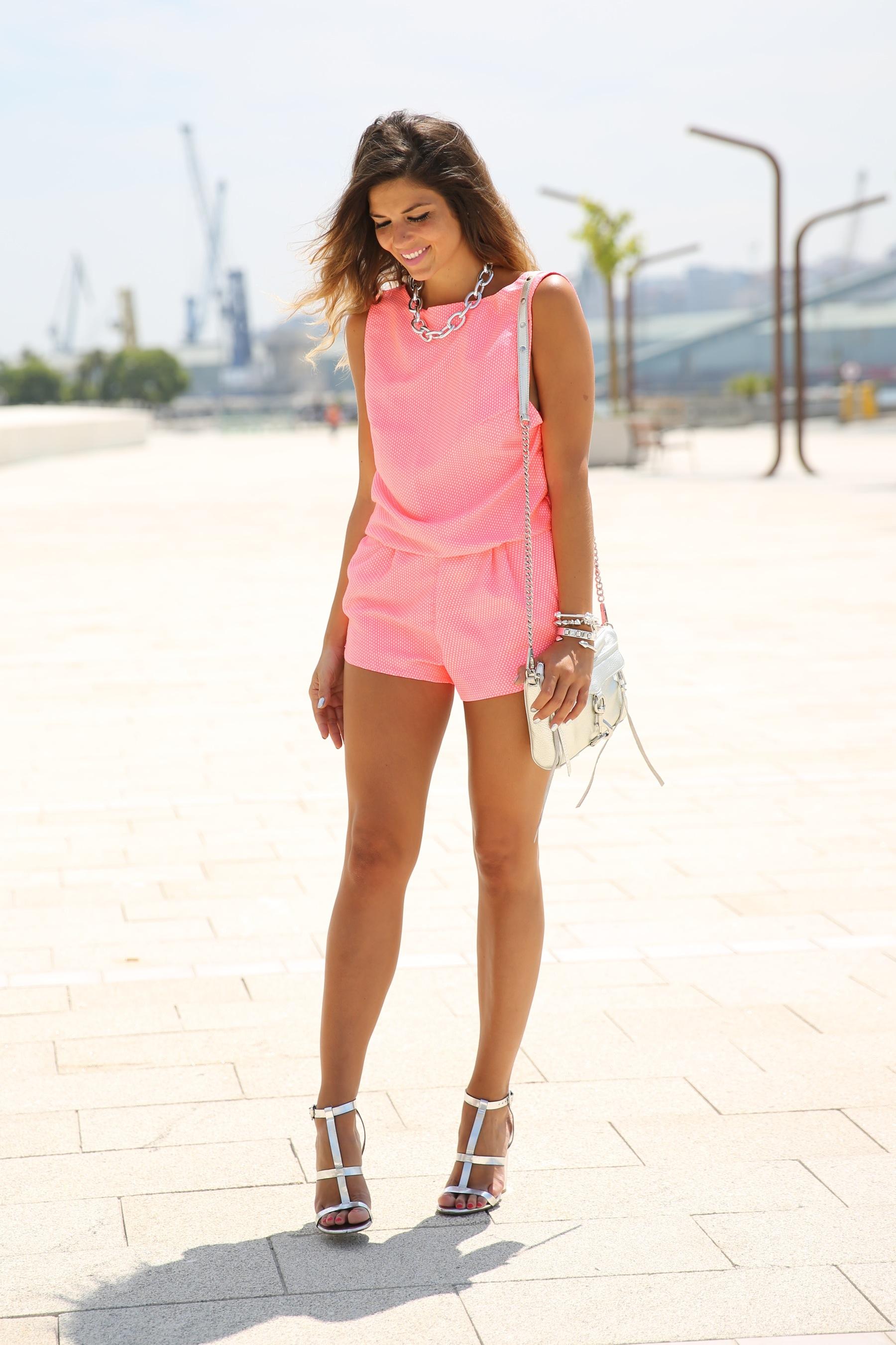 trendy_taste-look-outfit-street_style-ootd-blog-blogger-fashion_spain-moda_españa-silver_bag-bolso_plata-mono_rosa-mekdes-coruña-marina-11