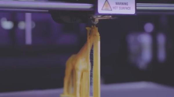 기린 모형이 3D 프린터에서 만들어 지는 중이다.