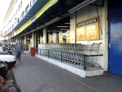 Supermercado Cobal desrespeita a Lei Cidade Limpa