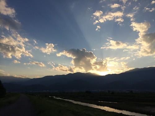 南アルプスの稜線に沈みゆく夕陽