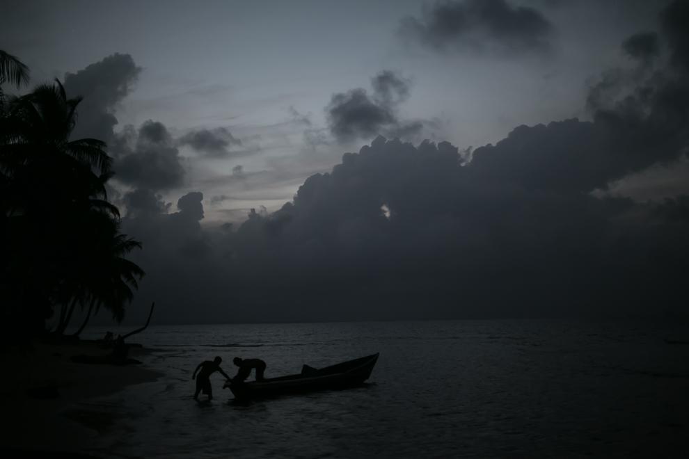 Los gunas son cazadores y pescadores, son un pueblo muy limpio y en algunas de las islas tienen la oportunidad de asistir a la escuela. La mayoría de los hombres hablan español y las mujeres son las que cuidan mas sus tradiciones. Aquí vemos a pescadores en una de las tantas islas de San Blas. (Tetsu Espósito)