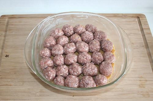 26 - Bratwurstbällchen hinein geben / Add sausage meat balls