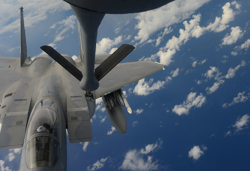Sea and sky: Aviators keep an eye on the horizon in Valiant Shield 2014
