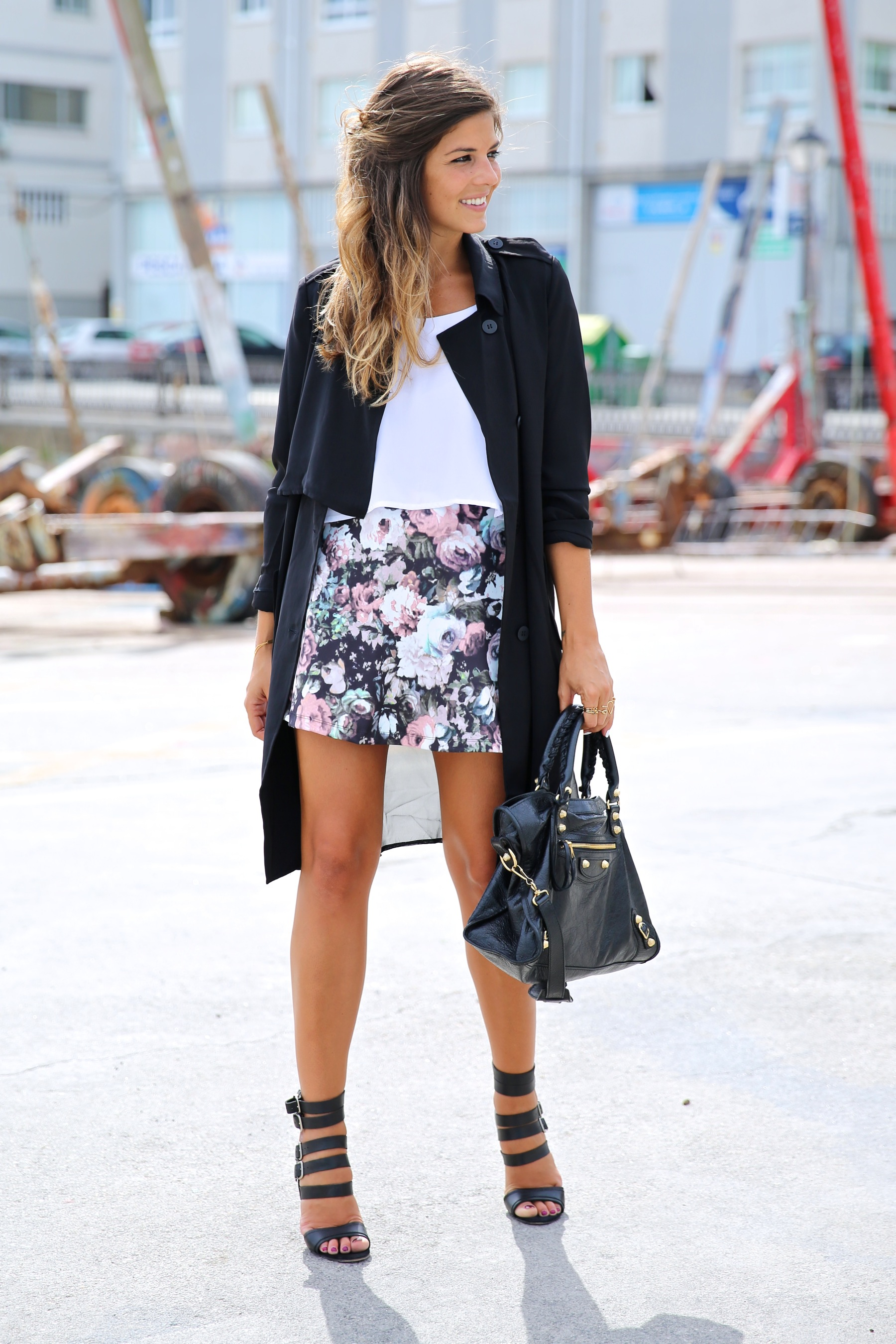 trendy_taste-look-outfit-street_style-ootd-blog-blogger-fashion_spain-moda_españa-flower_print-falda_flores-sandalias_piel-leather_sandals-maje-balenciaga-city_bag-trench-kimono-top_blanco-white_top-11