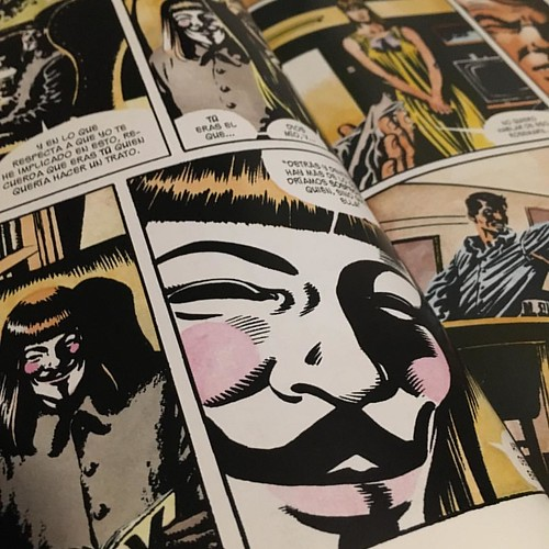 Remember, remember!  The fifth of November,  The Gunpowder treason and plot; Como cada año en este día, abro la obra maestra de Alan Moore y David Lloyd (que he leído decenas de veces) y hago así un pequeño homenaje a Guy Fawkes. Recuerden: