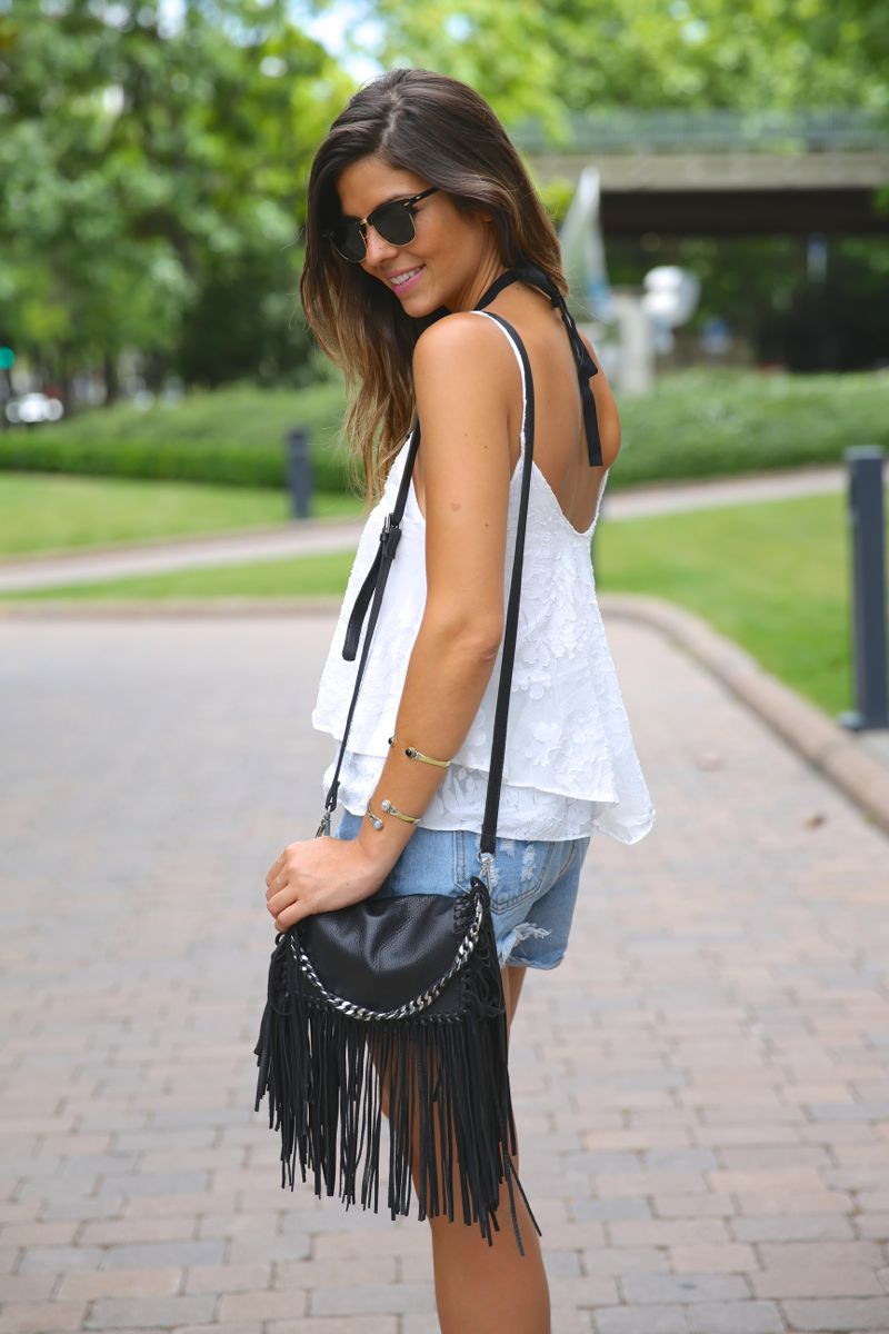 trendy_taste-look-outfit-street_style-ootd-blog-blogger-fashion_spain-moda_españa-fringed_bag-bolso_flecos-sandalias-verano-summer_sandals-ugg_australia-denim_shorts-shorts_vaqueros-oversize-8