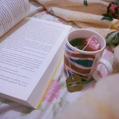 Um bom livro, chá e uma coberta bem macia para curtir o friozinho delícia. :) #100happydays #day9