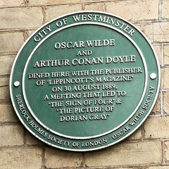 Photo of Oscar Wilde and Arthur Conan Doyle green plaque