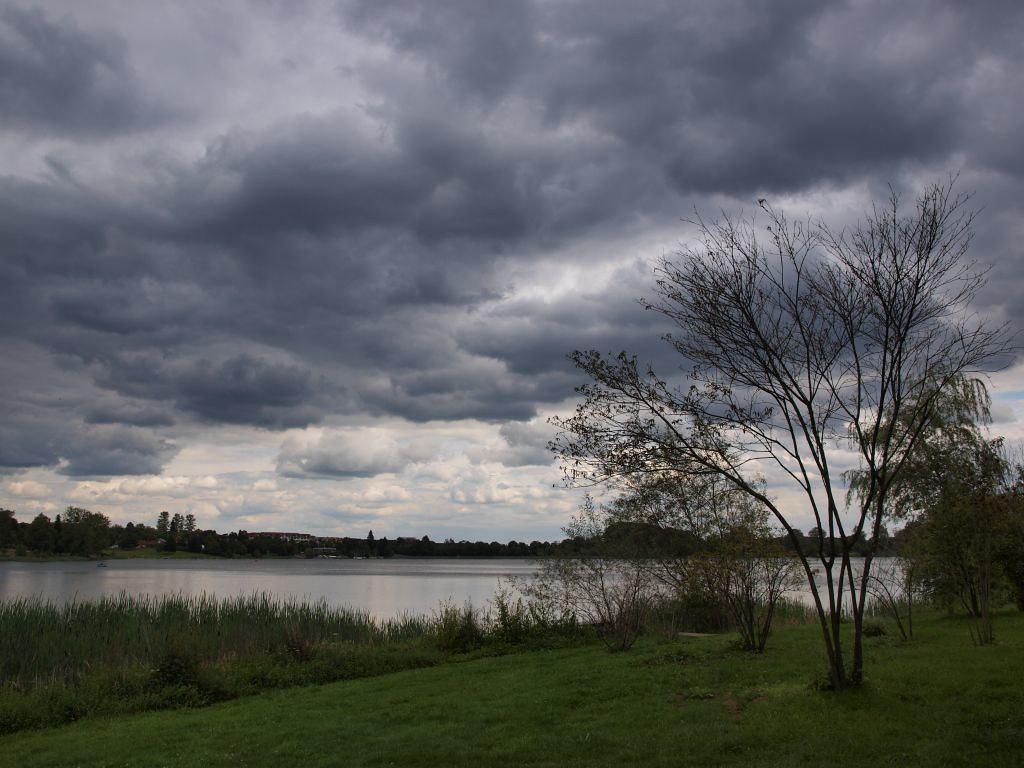 Regenwolken über dem Losheimer Stausee