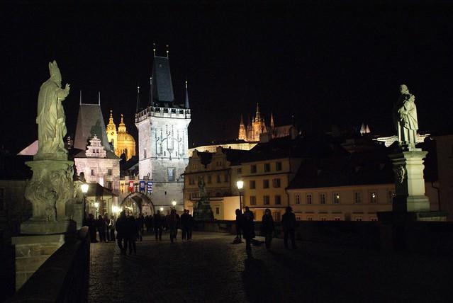 Vue depuis le Pont Charles à Prague sur L'église Saint Nicolas et sur la cathédrale du Château.