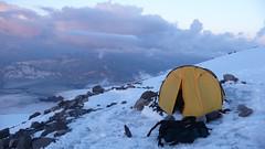 Mój namiot ponad Skałami Pasuchova na 4700m. Pakowanie sprzętu.