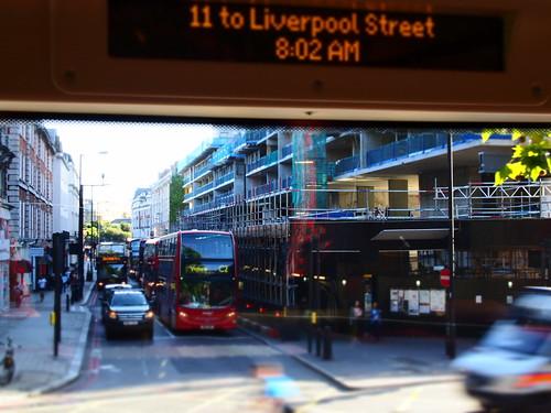 こじんまりした街と赤いバス