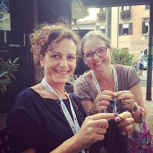 Lavorando a maglia con il Knit Cafè Mantova :) Knitting at the Knit Cafè Mantova :) @festivaletteratura #Festlet #Festivaletteratura con @annamariaturchi