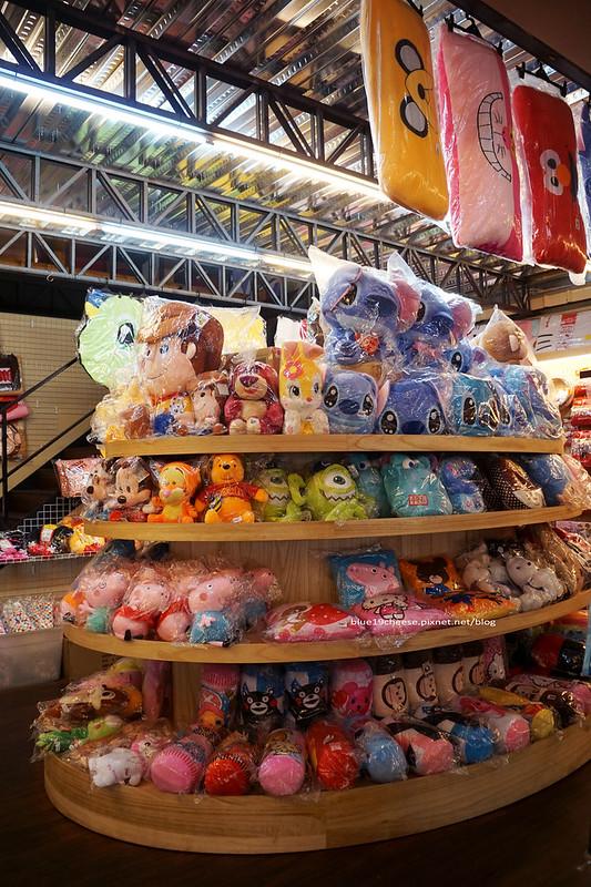 18702682990 b31b7f6cf3 c - 【台中西屯】東京雜貨樂園.2F龍貓咖啡館-被龍貓包圍的幸福裝潢.喝杯龍貓咖啡.親子咖啡館餐廳.逛逛史努比kitty布丁狗多拉ㄟ夢米奇拉拉熊蛋黃哥老皮的生活精品雜貨玩具