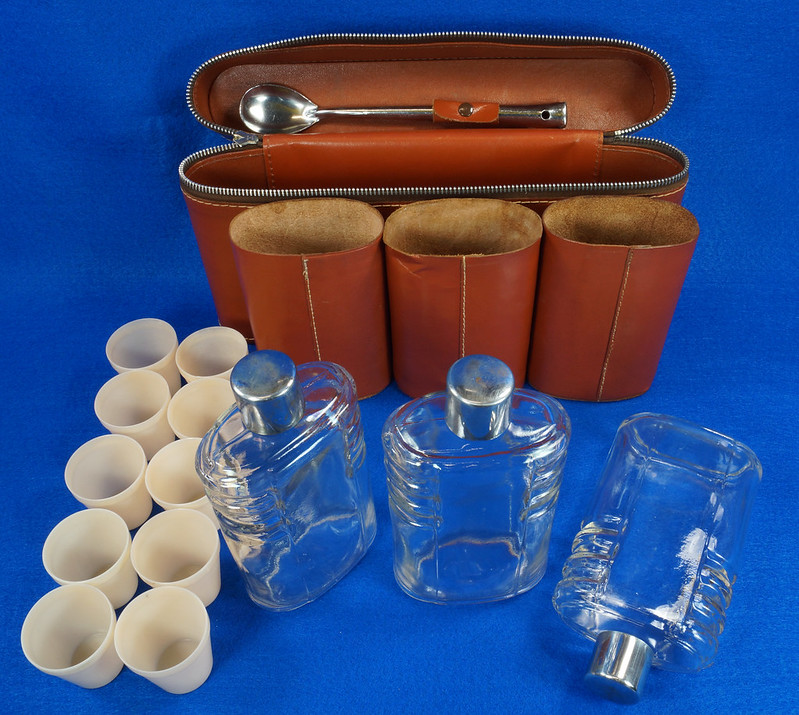 RD14514 Vintage Travel Bar Set in Leather Case with 3 Leather Wrapped Glass Flasks DSC06188