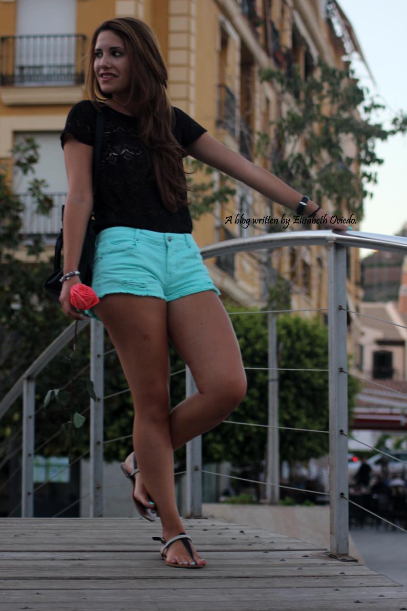 Shorts-aguamarina-con-camiseta-de-encajes-negros-HEELSANDROSES-Rincón-de-la-Victoria-(1)