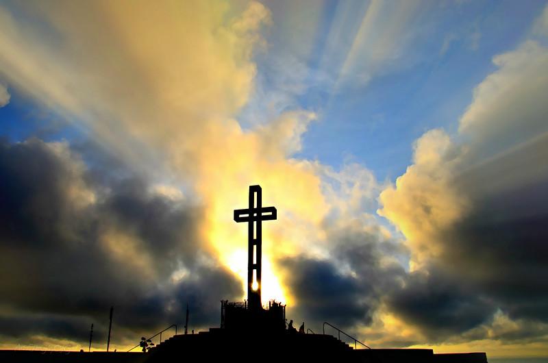 夕日に照らされる十字架。画像はFlickrユーザーのSharonより。